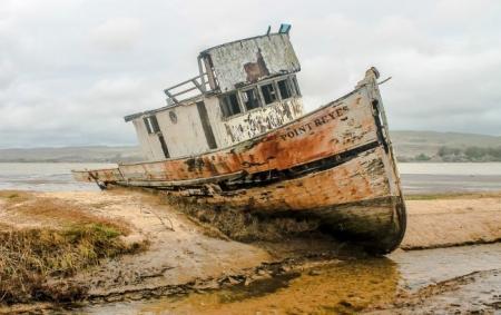 Рыбаки обнаружили лодку-призрак с трупами на борту